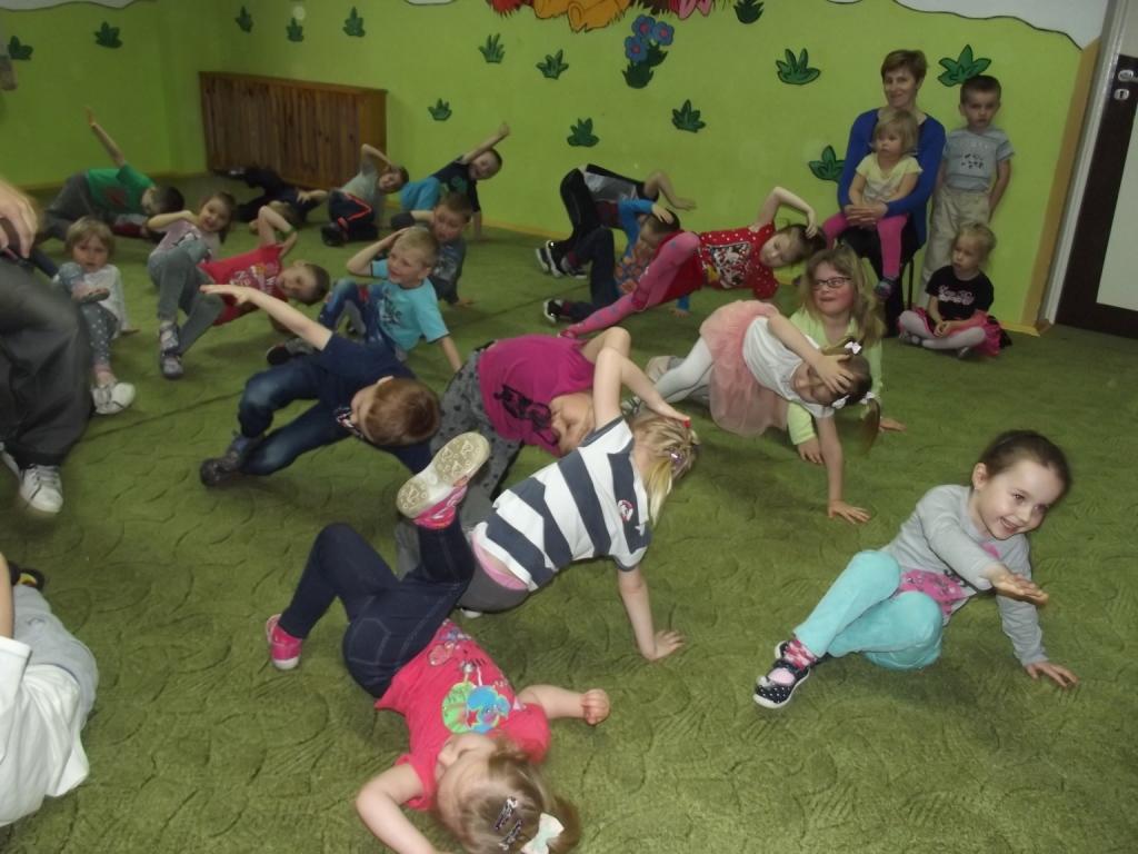 Przedszkolaki tańczą breakdance'a
