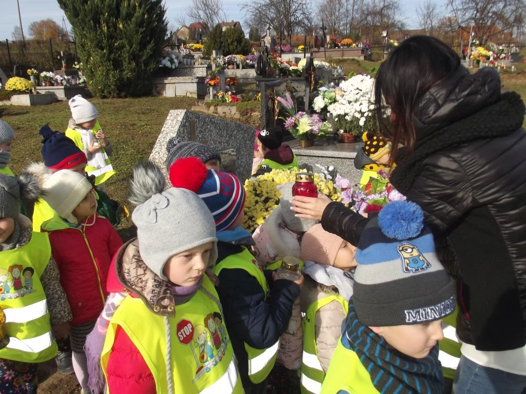 Przedszkolaki odwiedzają cmentarz