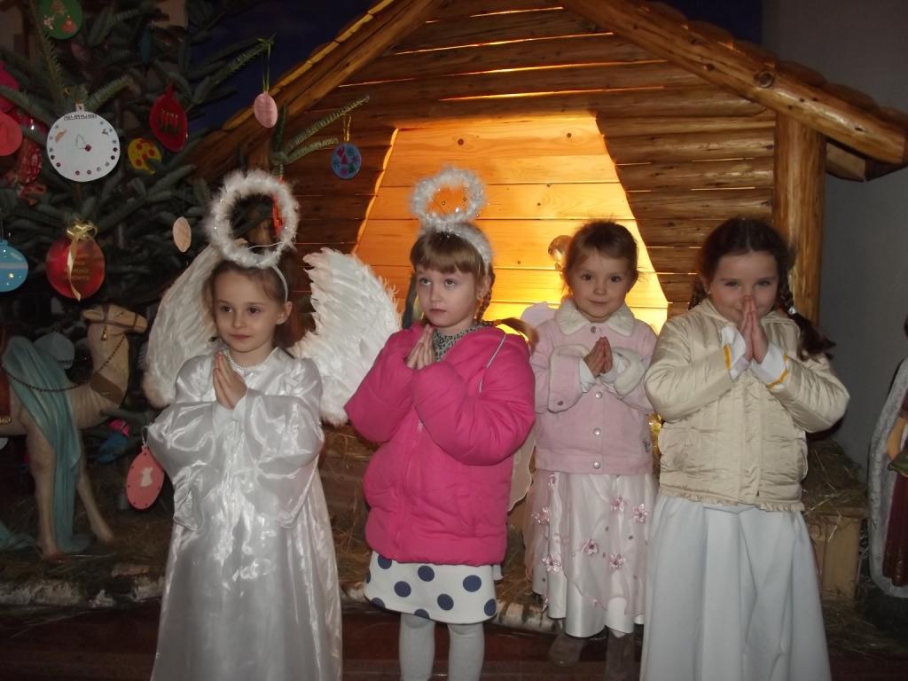 Przedszkolaki kolędują w Kościele