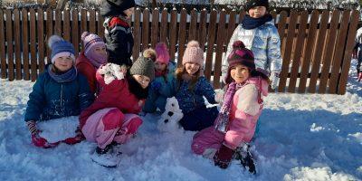 Zimowe zabawy na placu przedszkolnym